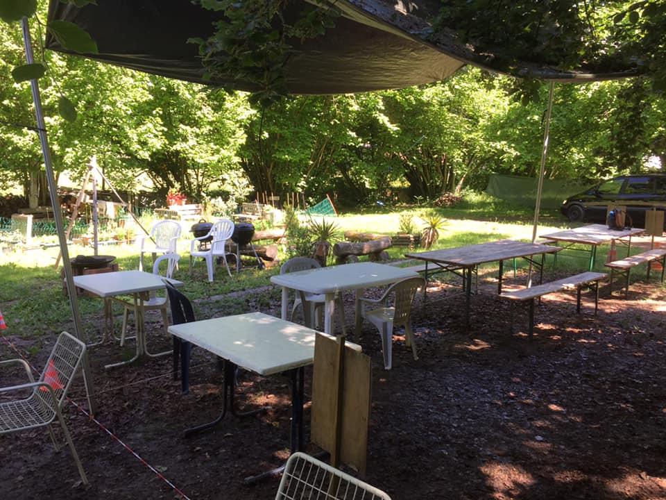 L'image contient peut-être: une personne ou plus, arbre, table, plante et plein air