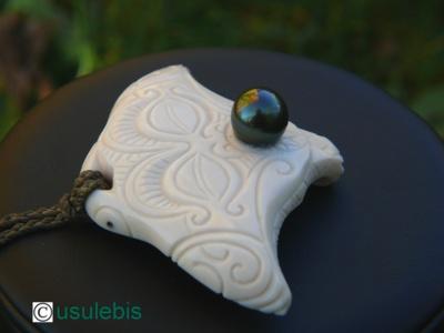 Blog de usulebis : Usulebis ,Artisan créateur de bijoux polynésiens , contact : usulebis@hotmail.fr, pendentif Raie Manta (regard protecteur) avec perle de Tahiti