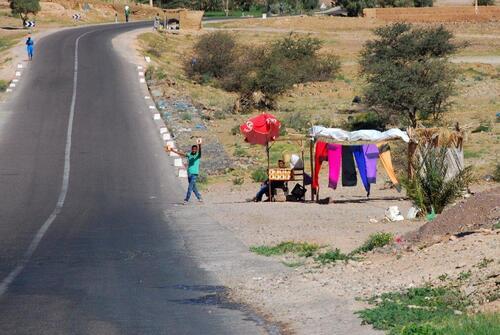 Vendeurs au bord de la route