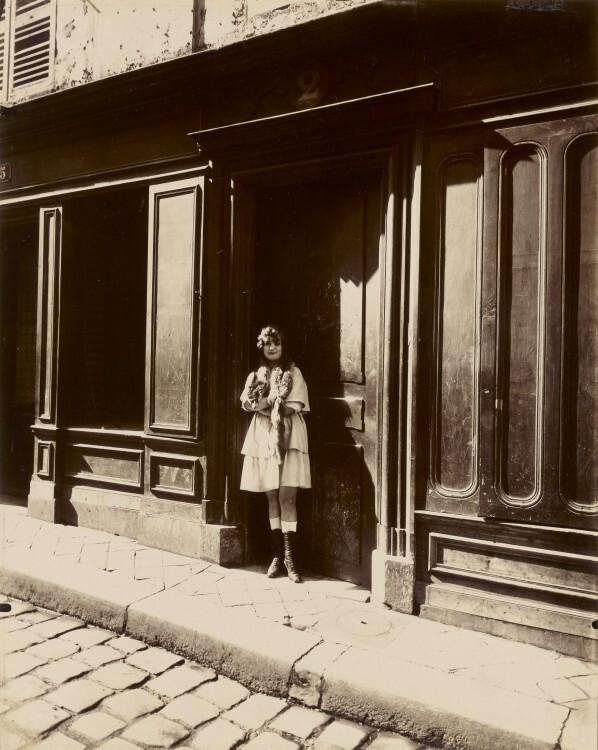 Atget Paris Versailles Maison Close Petit Place Mars 1921 598x750 Le Paris de 1900 par Atget