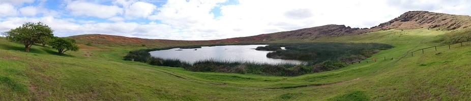 lac dans le cratère de rano raraku
