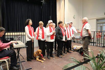 """La Chorale de l'AAC chante (vue de face), lors de """"Tous Unis"""" à Nogent"""