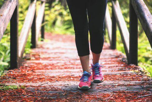 la marche pour les personnes souffrant de douleurs aux genoux