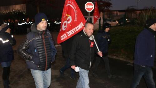 Mardi matin, de bonne heure et dans le froid, postiers en grève et responsables syndicaux se rendent à la réunion de négociation avec la direction du centre de Quimperlé.