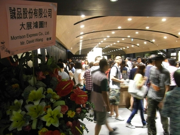 HK_Causeway_Bay_Hysan_Place_shop_Eslite_Bookstore_flowers_Morrison_Express_David_Wang_visitors_Aug-2