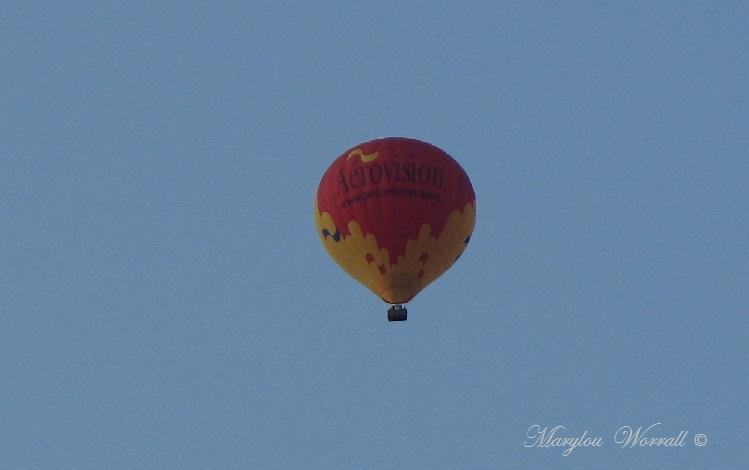 Montgolfière au-dessus des toits