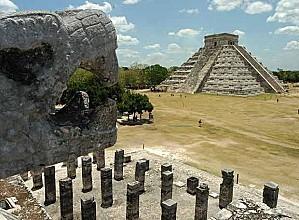 piramide principal fondo enclave arqueologico maya Chichen