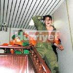 صور الجنود الصهاينة و هم يبكون بعد أن ضربهم المتضامنون