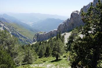 Les falaises qui prolongent le sommet