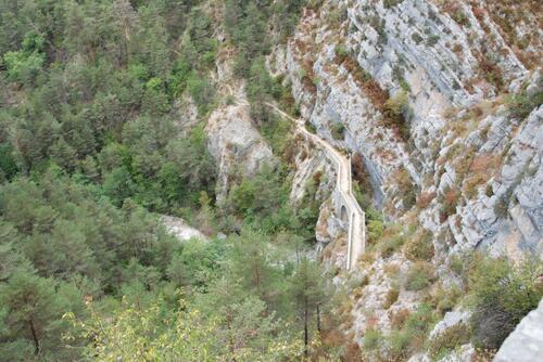En contrebas, le canyon
