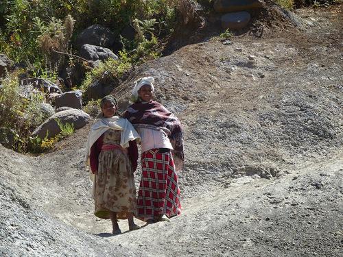 des villageoises nous saluent au passage;