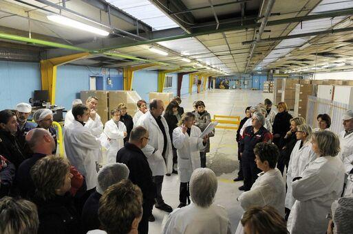 Des salariés de l'usine Sperian basée a Plaintel se réunissent le 5 janvier 2011, avant l'annonce d'un plan social.