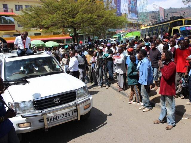Vagues Caleb Mwangangi Ndiku à la foule de son ultime fête de bienvenue de retour hier à Machakos, au Kenya.