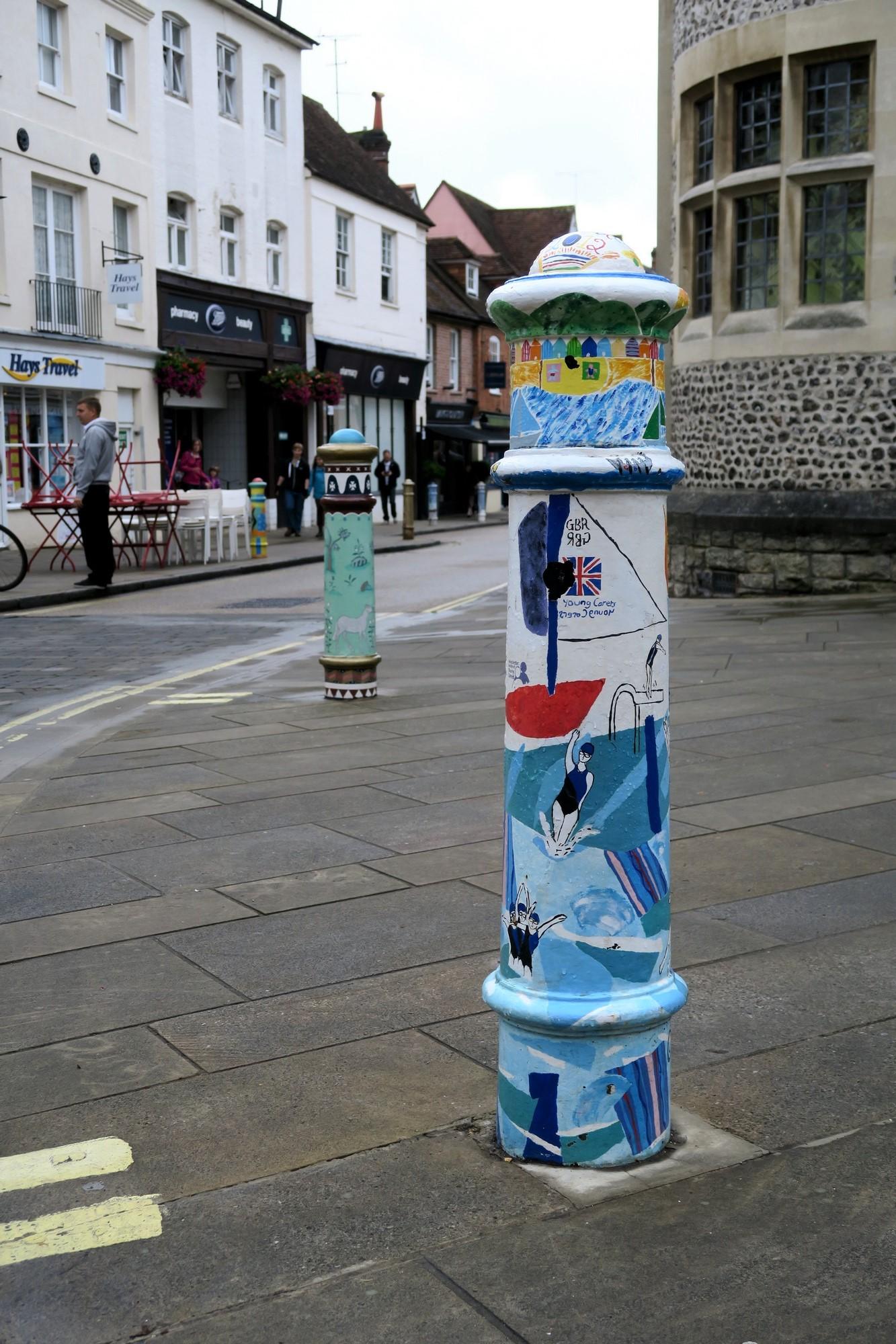 WINCHESTER : Poteaux décorés devant le musée.