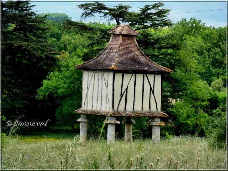 Pigeonnier sur piliers vers Mezun Lot-et-Garonne