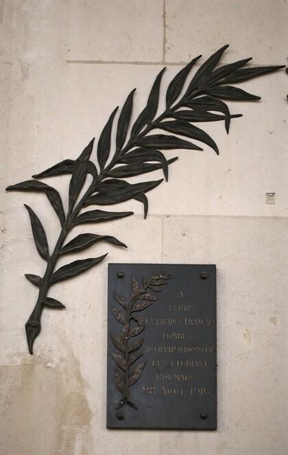 Plaque de l'hommage des étudiants roumains à leurs camarades français tombés au champ d'honneur.