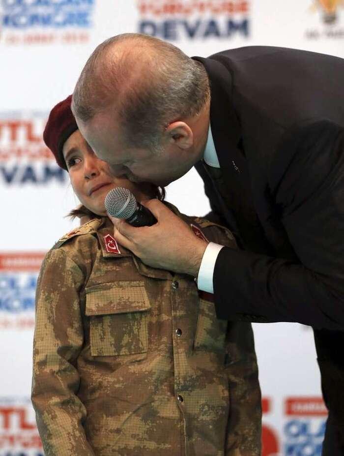 Turquie: Erdogan critiqué pour avoir incité une petite fille à mourir en martyr
