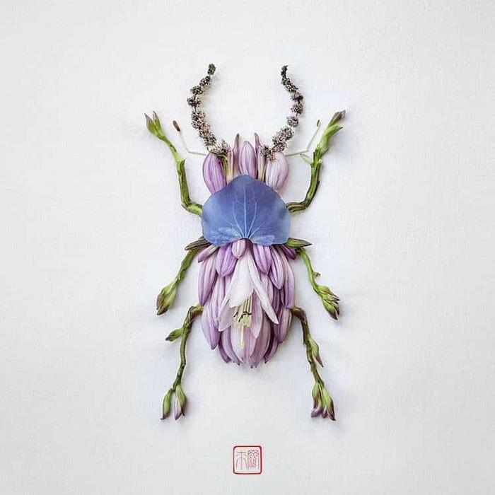 L'artiste fabrique délicatement des insectes colorés à partir de fleurs fraîchement coupées