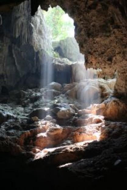 Lumière dans une grotte de la baie d'Halong, Vietnam