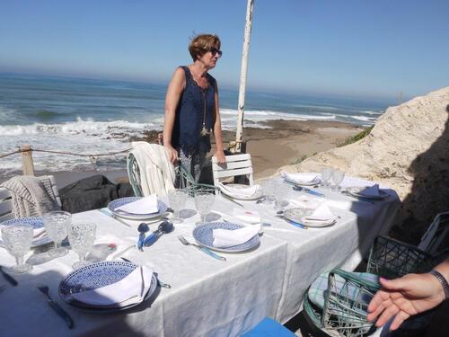 La table est dressée, nappe et blanche et serviettes tissus....