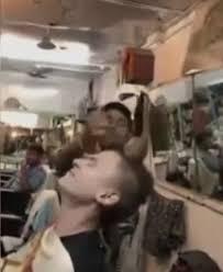 Massage chez le coiffeur en Inde..... çà ne rigole pas !