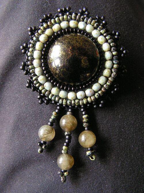 broche perles gemmes