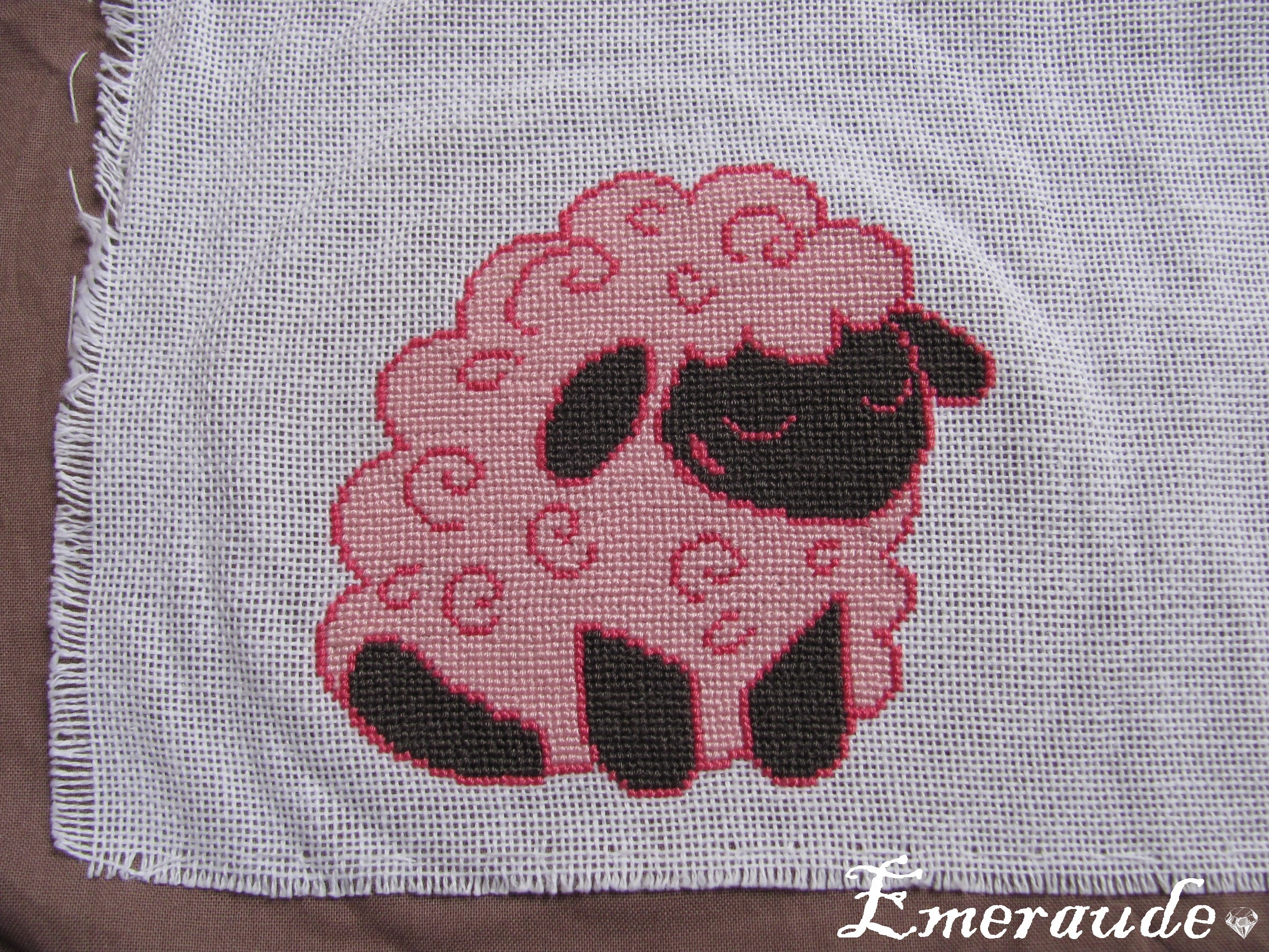 Broderie: mouton rose au point de croix