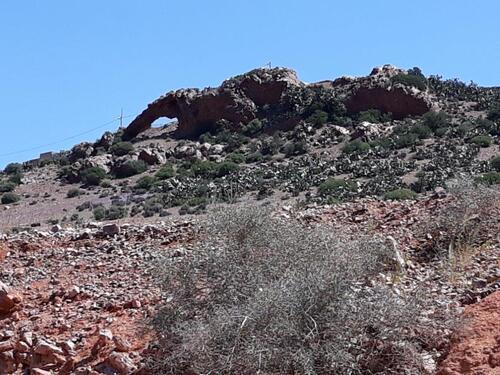 Une petite arche naturelle à la cime de la colline