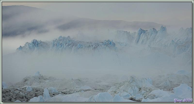 Les icebergs fantomatiques dans la brume de l'Isfjord (Icefjord) - Ilulissat - Baie de Disko - Groenland