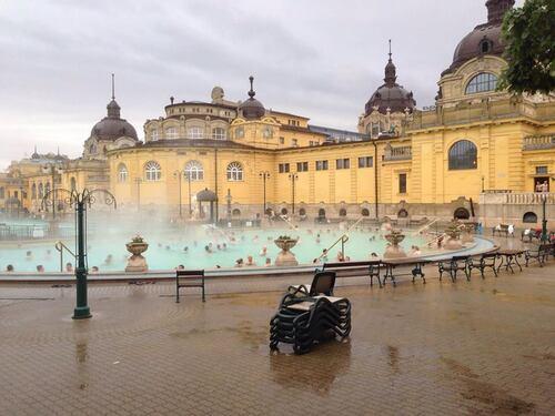 BUDAPEST hommage et bains