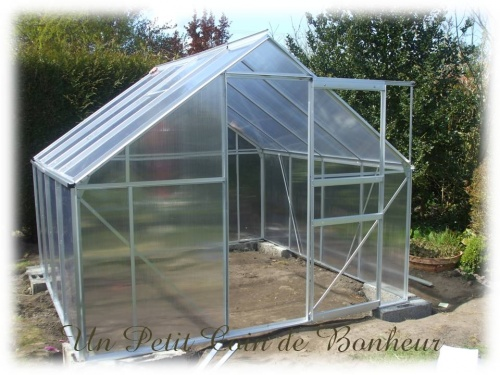 une petite serre pour le jardin un petit coin de bonheur. Black Bedroom Furniture Sets. Home Design Ideas