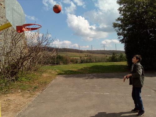 Quentin joue au ballon