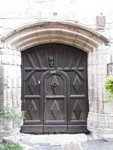 Le heurtoir de la porte est situé au dessus afin que le cavalier ne descende pas de cheval