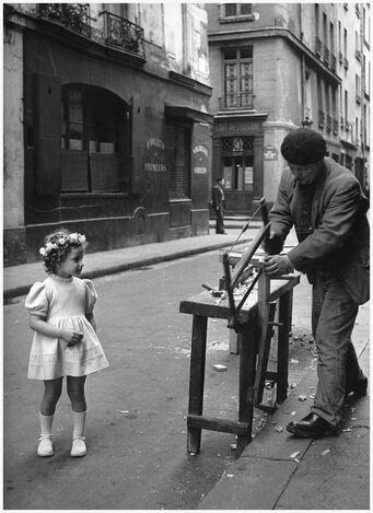 Peut être une image en noir et blanc de enfant, debout et rue