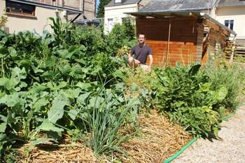 Joseph dans la partie potagre de son jardin, Sotteville-ls-Rouen, le 10 juillet 2015. Au premier plan, les oignons perptuels
