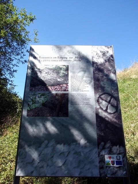 Svastika-explication-des-runes-en-Haut-Adige.JPG