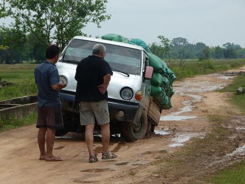 Pose d'un panneau, chargement du matériel et piste bloquée