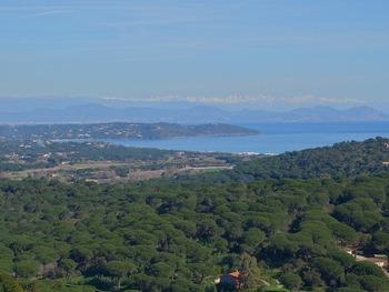La baie de Pampelonne, le Cap de Saint Tropez, l'Estérel et le Mercantour enneigé