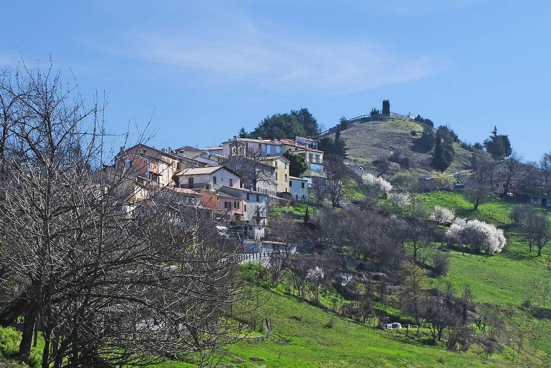 Vue sur le village en venant du vallon de La Penne.