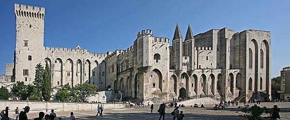 800px-Avignon, Palais des Papes by JM Rosier
