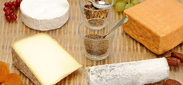 plateau de fromages français, dont beaufort, maroilles et chèvre © Shutterstock - http://www.shutterstock.com/fr/pic-84559867/stock-photo-cheeseboard-with-fruit-and-spices.html