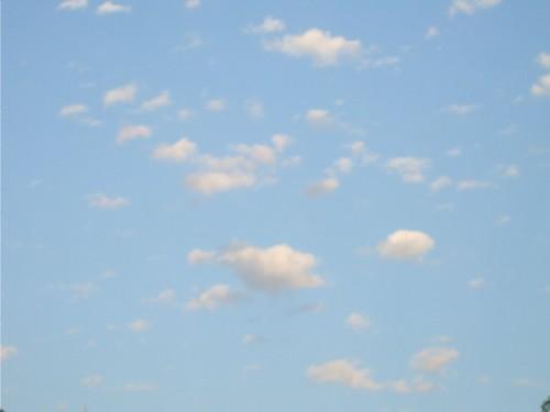 ciel bleu, petits nuages légers de beau temps