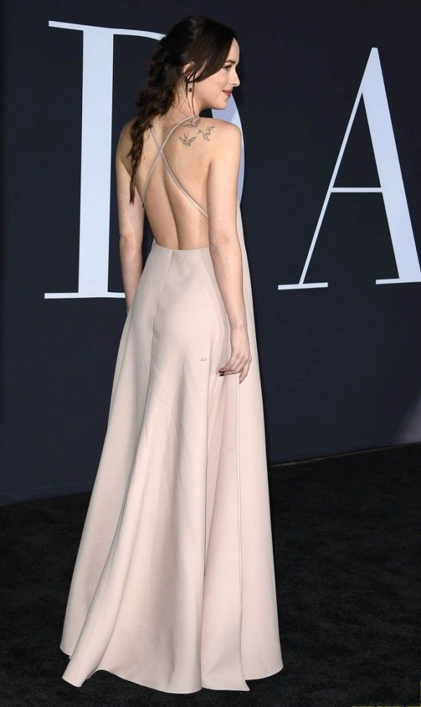 Dakota Johnson robe dos nu rose sexy