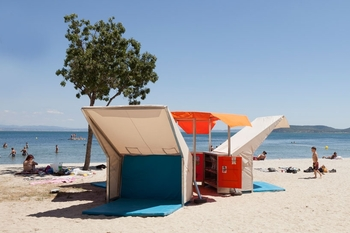 matali-crasset-bibliobeach-beach-library-france-designboom-03