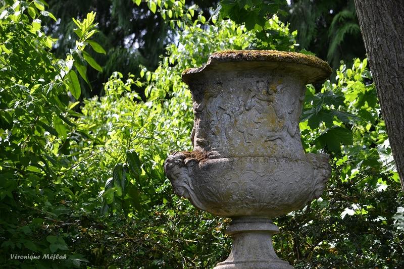 Rambouillet : Banc public et vasque de pierre