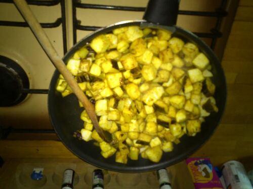 un curry d'aubergine et un riz aux fruits sec pour un repas totalement végétalien