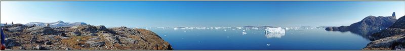"""Panorama sur le nord de Kullorsuaq, avec le pic Devil's Thumb (le Pouce du Diable) qui lui a donné son nom, littéralement Kullorsuaq voulant dire """"Le gros pouce"""" - Groenland"""
