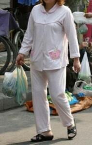 Une femme fait ses courses en pyjama. M. RALSTON AFP