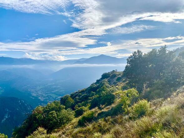 Peut être une image de montagne, arbre, ciel et nature