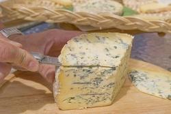 La fourme d'Ambert , le plus doux des fromages bleus